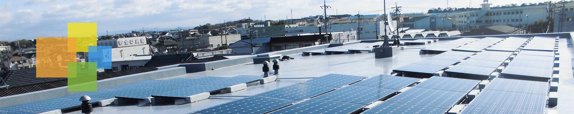 屋根のソーラーパネルの画像